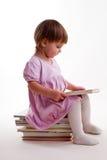 Una ragazza che legge un libro Fotografie Stock