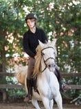 Una ragazza che monta un cavallo arabo Fotografie Stock Libere da Diritti