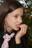 Una ragazza che morde i suoi chiodi nella disperazione Fotografie Stock Libere da Diritti
