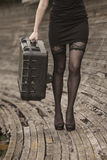 Una ragazza che porta un paniere da basto del motociclo Fotografie Stock