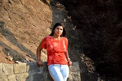 Una ragazza che si domanda nella foresta che gode della natura in Mumbai India immagini stock