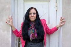 Una ragazza che si leva in piedi davanti all'a porta chiusa. Fotografie Stock Libere da Diritti