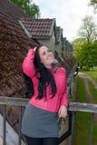 Una ragazza che si leva in piedi sul balcone Immagine Stock Libera da Diritti