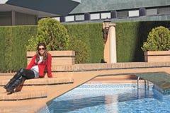 Una ragazza che si siede sui punti. immagini stock libere da diritti