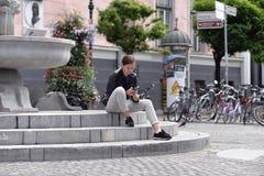 Una ragazza che si siede sui punti Immagine Stock Libera da Diritti