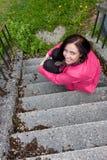 Una ragazza che si siede sulle scale. Immagine Stock Libera da Diritti