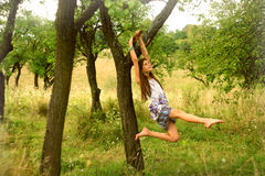 Una ragazza che sogna sotto l'albero nel posto rurale fotografia stock