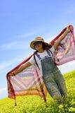 Una ragazza che sta in fiori Fotografia Stock Libera da Diritti