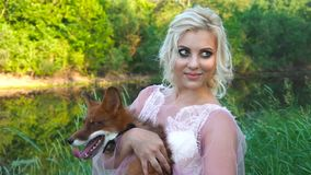 Una ragazza che tiene la sua volpe rossa dell'animale domestico lei armi Volpi felici con andar in giroe della lingua Amicizia de archivi video