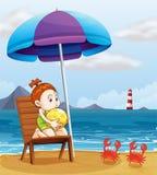 Una ragazza che tiene un beach ball alla spiaggia Fotografie Stock