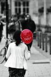 Una ragazza con b&w isolato aerostato rosso Fotografie Stock
