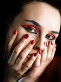 una ragazza con i chiodi rossi Immagini Stock