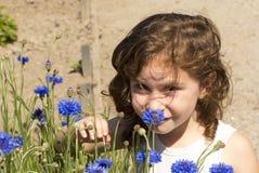 Una ragazza con i suoi fiori Immagini Stock
