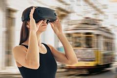 Una ragazza con i vetri di realtà virtuale o un turista o un viaggiatore virtuale Il concetto del viaggio o del turismo virtuale fotografia stock libera da diritti