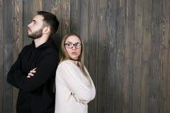 Una ragazza con i vetri e un giovane non rasato stanno con la t Fotografia Stock Libera da Diritti