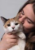 Una ragazza con il suo gatto immagini stock