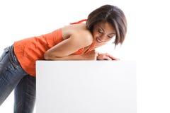 Una ragazza con il tabellone per le affissioni in bianco Fotografie Stock
