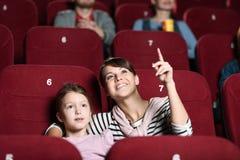 Una ragazza con la madre al cinematografo Immagini Stock Libere da Diritti