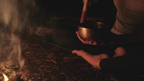 Una ragazza con una tazza tibetana dal fuoco archivi video