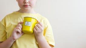 Una ragazza con un anello giallo in sua mano, su cui è stato scritto avete saputo immagine stock