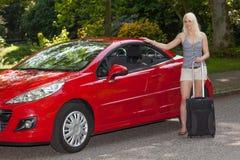 Una ragazza con un'automobile rossa Immagini Stock
