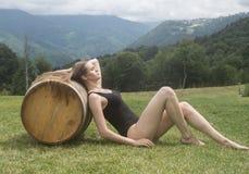 Una ragazza con un barilotto Fotografie Stock Libere da Diritti