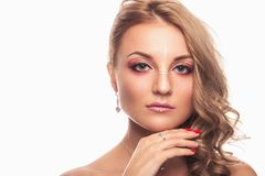Una ragazza con un bello trucco ed i capelli marrone chiaro Studio sparato su fondo bianco fotografia stock libera da diritti