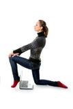 Una ragazza con un computer portatile sta posando davanti alla macchina fotografica Fotografie Stock Libere da Diritti