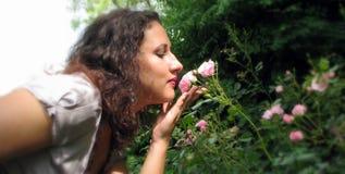 Una ragazza con un fiore. fotografia stock libera da diritti