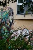 Una ragazza con un graffito del fiore Immagine Stock Libera da Diritti
