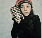 Una ragazza con un regalo di Natale. Immagine Stock