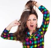 Una ragazza con un tatuaggio allunga i capelli Immagini Stock Libere da Diritti