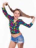 Una ragazza con un tatuaggio allunga i capelli Immagini Stock