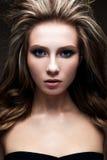 Una ragazza con un trucco luminoso creativo e una pettinatura fertile Bello modello con gli smokies Bellezza del fronte fotografia stock