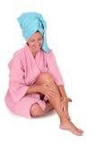 Una ragazza con un turbante del tovagliolo fotografie stock libere da diritti