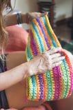 Una ragazza con una sciarpa fatta a mano Immagine Stock