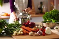 Una ragazza in cucina mentre cucinando Immagine Stock Libera da Diritti