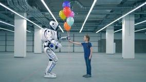 Una ragazza dà i palloni ad un droid, vista laterale video d archivio