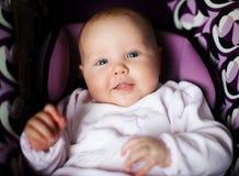 Una ragazza da tre mesi in una sede di automobile fotografia stock libera da diritti