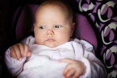 Una ragazza da tre mesi in una sede di automobile fotografie stock libere da diritti