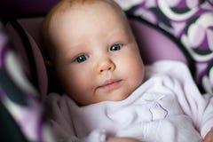Una ragazza da tre mesi in una sede di automobile fotografia stock