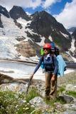 Una ragazza davanti alle montagne Fotografie Stock Libere da Diritti