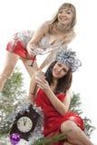 Una ragazza dei due amici celebra il nuovo anno. Immagine Stock Libera da Diritti