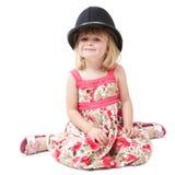 Una ragazza di 4 anni che porta il casco britannico della polizia Fotografia Stock