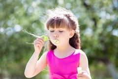 Una ragazza di 5 anni ha terminato le bolle di sapone fotografie stock