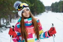 Una ragazza di corsa con gli sci in vestiti luminosi di sport Fotografia Stock