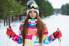 Una ragazza di corsa con gli sci in vestiti luminosi di sport Immagine Stock