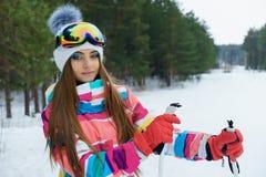 Una ragazza di corsa con gli sci in vestiti luminosi di sport Fotografia Stock Libera da Diritti