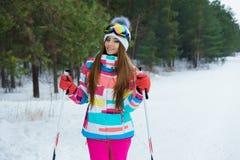 Una ragazza di corsa con gli sci in vestiti luminosi di sport Immagini Stock