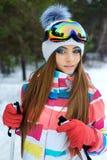 Una ragazza di corsa con gli sci in vestiti luminosi di sport Fotografie Stock Libere da Diritti